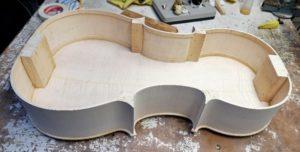 De hoekblokken van de cello in vorm maken