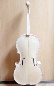 Cello klaar om gelakt te worden